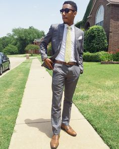 costume gris chaussures marron cravate jaune #graysuit #homme #costume #lookmode Brown Belt, Brown Shoe, Costumes Gris Clair, Costume Noir, Man Dressing Style, Yellow Ties, Insta Makeup, Mens Suits, Mens Fashion