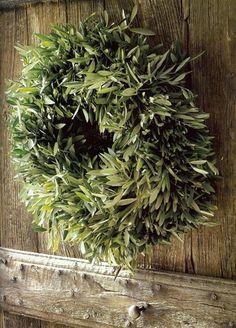 Krans van Olijfblad getoond op een prachtig oude paneeldeur