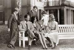 Prins Albert, Koning Leopold III, Prinses Lilian, Prins Boudewijn, Prins Alexander en Prinses Josephine-Charlotte,  in Zwitserland. 1948, bromide foto 16 x 11 cm. Foto gemaakt door Robert Marchand, uit de verzameling van Wilfried Vandevelde.