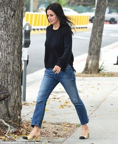 Mommy-chic: She always makes time to look pulled together, even in a rush . Summer Time, Spring Summer, Courtney Cox, Make Time, Celebrity Style, Winter Fashion, Capri Pants, That Look, Daughter