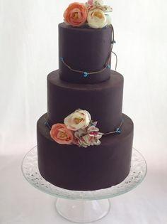 Chocolate cake. Tarta con pasta de chocolate y flores de tela