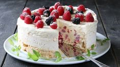 Iskake med marengsbunn Norwegian Food, Ice Cake, Pudding Desserts, Raspberry Cheesecake, Yummy Cakes, Cake Cookies, Sweet Recipes, Cookie Recipes, Cake Decorating