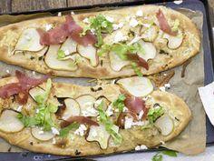 Birnen-Pizza mit Bündner Fleisch und Friséesalat: Eine fruchtige, ballaststoffreiche Pizzavariante - süß und salzig für Hungrige.