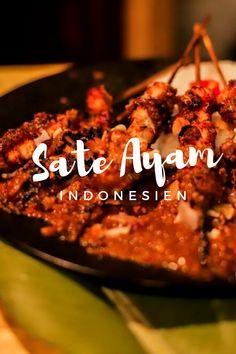 Auf deiner letzten Indonesien Reise hast du sicherlich öfters Sate Ayam gesehen – das indonesische Street-Food schlechthin. An fast jeder Straßenecke schwebt der Geruch von gegrilltem Hähnchen Tempeh, Meat, Chicken, Food, Tips, Indonesian Cuisine, Indonesian Recipes, Grilled Chicken Skewers, Bali Honeymoon