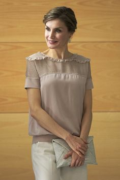 Queen Letizia of Spain visits the headquarters of World Food Program of the Palmas de Gran Canaria and the Center for Cooperation with Africa of the Spanish Red Cross at Puerto de la Luz on April 2017 in Las Palmas de Gran Canaria, Spain. Blouse Styles, Blouse Designs, Classy Yet Trendy, Casual Outfits, Fashion Outfits, Queen Letizia, Outfit Combinations, Womens Fashion For Work, Woman Shirt