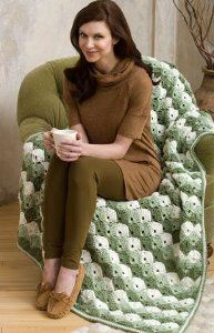 If you enjoy crocheting the shell stitch, you are going to love this relaxing Laurel Green Shells Throw. This free crochet throw pattern is a breathtaking beauty. The soft green shades and white make this crochet afghan neutral enough for anywhere. Crochet Afghans, Picot Crochet, Crochet Throw Pattern, Crochet Shell Stitch, Crochet Quilt, Manta Crochet, Easy Crochet, Free Crochet, Crochet Baby
