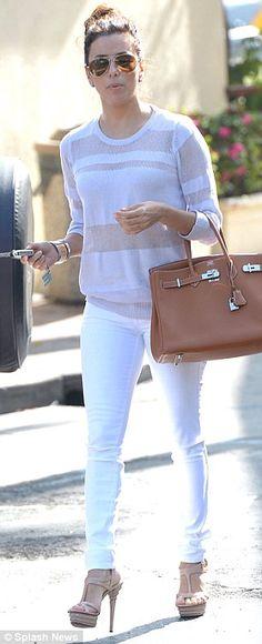 Eva Longoria trägt ihre Sky Heels zum sommerlich weißen Outfit #skyheels #evalongoria