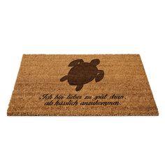 Fußmatte Schildkröte aus Fussmatte Kokos  Natur - Das Original von Mr. & Mrs. Panda.  Eine wunderschöne Fussmatte Kokos aus dem Hause Mr. & Mrs. Panda - Die Fussmatte wird sehr aufwendig graviert. Dieses besondere Fertigunsverfahren mit Naturmaterialien wurde von uns entwickelt und ist einzigartig.    Über unser Motiv Schildkröte  Schildkröten gelten als besonders gemütliche Tiere, die schon länger Erdbewohner sind als wir Menschen. Sie können bis zu 100 Jahre alt werden.    Verwendete…