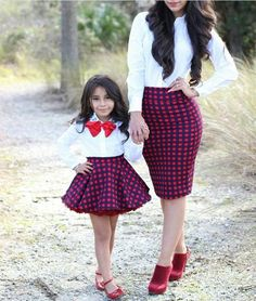 Mommy and baby girl matching outfits : super cute style. Mother Daughter Poses, Mother Daughter Matching Outfits, Mother Daughter Fashion, Mom Daughter, African Dresses For Kids, Kids Outfits Girls, Little Girl Dresses, Girl Outfits, Mom And Baby Outfits