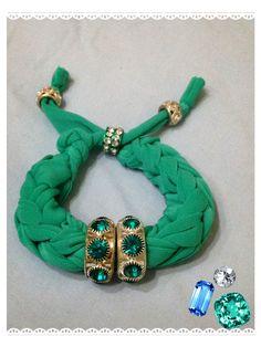 Bracciale verde acqua realizzato con tecnica ad intreccio. Sono disponibili di vari colori anche su ordinazione. Contattatemi!! email:butterflydilaura@gmail.com