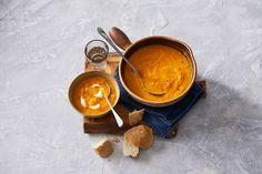 De herfst vraagt om pompoensoep. Lepeltje crème fraîche erop voor een extra romig effect - Recept - Allerhande