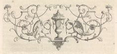 anoniem | Vaas geflankeerd door vogels met guirlandes in hun bek, workshop of Bernard Picart, 1683 - 1733 |