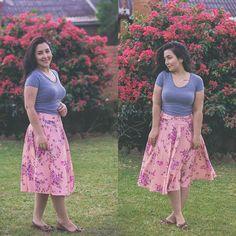 Simplicidade do campo (onde estou) traduzida em composição do look. Uma saia midi godê, blusa básica e sapatilhas. Cinza com tons de rosa. Simplicidade pra vestir, pra viver. Você também gosta? ❤️ . . . #modesty #modestia #modestymatters #modestiasemfrescura #fashion #fashionblogger #christianblogger #lookoftheday #ootd #outfitoftheday #tbt #catholic #catholicism #trend #makeup #makeupinspiration #catholiclady #modacrista #modacatolica #modamodesta #vintage #blogger #garotaoldschool #cath...