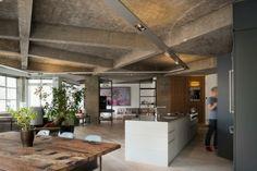 C'est au studio londonien Inside Out Architecture que l'on doit la rénovation d'un loft industriel à Clerkenwell au plafond avec poutres en béton.