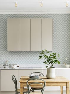How to decorate the kitchen wall? One of the beneficial we can do is applying kitchen wallpaper. With this article will give some kitchen wallpaper ideas. Vintage Style Wallpaper, Classic Wallpaper, Grey Wallpaper, Wallpaper Wallpapers, Wallpaper Ideas, Kitchen Wallpaper Design, Kitchen Dining, Kitchen Cabinets, Ultra Modern Homes