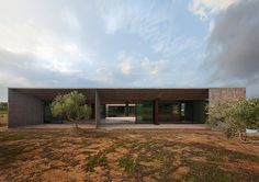 TAN builds the residence in megara between mountain and plain