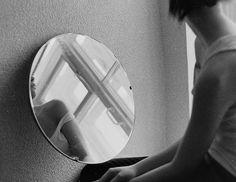 Los espejos devolvían continuamente la misma imagen. Ya no reflejaban aquella pequeña que sonreía con gratitud al contarse los dedos de los pies y comprobar que no faltaba ninguno. Después de tanto tiempo inflando globos de colores, era la primera vez que sentía ganas de volar agarrada a ellos. Solo era una niña que salió volando por la ventana a cazar sueños y perdió su sombra por el camino