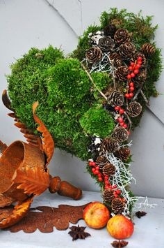 grabbepflanzung herbst Moss is so amazing detail in the spring decorations. You can do a lot of things with moss. Decorations with moss look very fresh and natural. The green Grave Decorations, Flower Decorations, Christmas Decorations, Spring Decorations, Wreaths And Garlands, Holiday Wreaths, Nature Decor, Nature Crafts, Moss Decor
