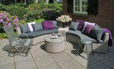 De Chloe loungeset van Fonteyn is prachtig halfrond. Deze strakke loungeset sluit mooi aan bij een strakke tuin of een rond terras.