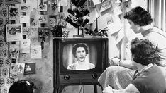 December Queen Elizabeth II makes the first televised royal Christmas broadcast. Royal Christmas, Christmas Past, Christmas Photos, Vintage Christmas, Facts About Queen Elizabeth, Queen Elizabeth Ii, Tachisme, Christmas Day Celebration, Pop Art