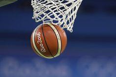 Detalle de la canasta durante la primera mitad del partido de baloncesto femenino entre España y Serbia.