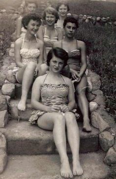 Vintage gals ready for a day at the I love vintage swimsuits Looks Vintage, Vintage Love, Vintage Beauty, Vintage Ladies, Retro Vintage, Vintage Woman, Vintage Bathing Suits, Vintage Swimsuits, Retro Mode