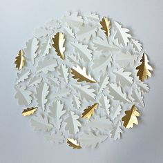 Pretty but different leaf shapes. Gold Paper, Diy Paper, Paper Art, Paper Crafts, Art Origami, Origami And Kirigami, Decoration Christmas, Christmas Crafts, Book Page Wreath