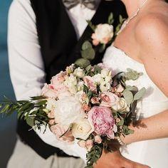 Blush pink peonies and small roses for perfect beach elopement #elopement #peony #weddingincrete #creteforlove