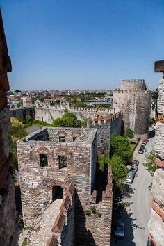 Seven Tower Dungeons - Yedikule Zindanlari - Tour Maker Turkey Beautiful World, Beautiful Places, Byzantine Architecture, Turkey Photos, Belle Villa, Turkey Travel, Istanbul Turkey, Thailand Travel, Travel Photos