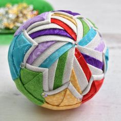 Diy Quilted Christmas Ornaments, Quilted Fabric Ornaments, Scandinavian Christmas Ornaments, Handmade Christmas Decorations, Diy Christmas Ornaments, Ball Ornaments, Holiday Crafts, Christmas Ideas, Christmas Bulbs