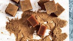 Flødekarameller – alene ordet trækker mundvand og giver længsel efter de bløde, klistrede godbidder. Hvis du ikke er til lakridsversionen, kan du bare udelade rålakridspulveret eller erstatte det med kakao. Få opskriften på lækre, bløde lakridskarameller her