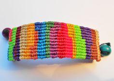Bracelet multicolore tressé à la main en macramé : Bracelet par Macramundi. 18 euros, livraison en France offerte !