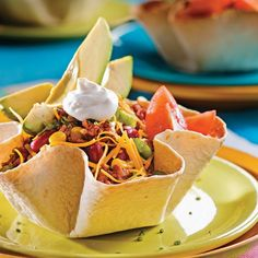 Mexican salad with tortilla flowers Salade mexica+ Mexican Salads, Mexican Tacos, Mexican Food Recipes, Ethnic Recipes, Mexican Party, Experiment, High Calorie Meals, Vegetable Drinks, Healthy Eating Tips