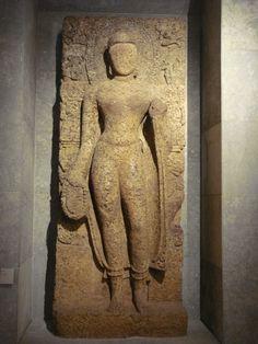 Grand Buddha de Lalitagiri - Orissa, 8-9e ss., gneiss à grenat, env. 1m/h, Guimet | Style post-gupta (héritage: tribanga - triple flexion corporelle, jambe d'appui jambe de repos, traitement costume monastique couvrant sur 2 épaules + resserré sous ombilic, apparition vêtement de dessous niveau chevilles //Buddha de Sarnath) + évolution locale coiffure bouclettes stylisées différemment + motif typologie Orissa pourtour de perles auréole de flammes, représentations bouddhiques issues temples…