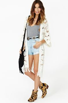 Throw this on over anything for instant gypsy mystique: Ava Crochet Kimono in cream via Hui Chan Hui Chan Carver GAL Passion For Fashion, Love Fashion, Fashion Looks, Fashion Outfits, Boho Kimono, Moda Boho, The Bikini, Bikini Fashion, Kimono Fashion