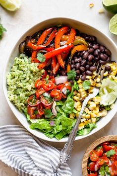 these easy & healthy grilled veggie burrito bowls are loaded with flavor! grilled peppers, onions, & sweet corn get paired with black beans & served with green rice - brown rice that's tossed in a creamy avocado sauce. move over chipotle! Cheap Easy Healthy Meals, Healthy Meal Prep, Easy Healthy Recipes, Whole Food Recipes, Healthy Eating, Cheap Meals, Dinner Recipes, Drink Recipes, Salad Recipes