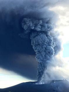 Shinmoedake-Kirishima - le panache et le nuage chargés en cendres - 11.10.2017 photo J.Reynolds - EarthUncutTV