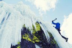 Ein Eiskletterer im Schwarzwald