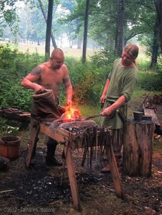 Providence et Vikings Viking Men, Viking Life, Medieval Life, Blacksmith Forge, Norse Vikings, Asatru, Iron Age, Norse Mythology, Dark Ages