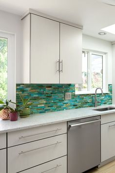 Looking for classic kitchen backsplash ideas for your kitchen renovation? Check out this kitchen backsplash ideas that will go with any cabinet color! #kitchenrenovation #kitchendesign #kitchenbacksplash Backsplash Ideas, Kitchen Backsplash, Backsplash Design, Living Room Kitchen, Kitchen Decor, Kitchen Ideas, Blue Green Kitchen, Small Kitchen Tables, Style Tile