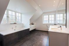 Husets arkitektur er synligt i badeværelset #huscompagniet #inspiration #indretning #husbyggeri #indretning #nybyg #husejer #nythus #typehus #badeværelse #bad