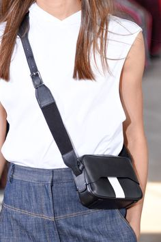 The Best Bags From New York Fashion Week InStyle's accessories teams rounds up must-have handbags from the New York Fashion Week Spring 2018 runways. Fashion Week Paris, New York Fashion, Mode Cool, Summer Handbags, Minimalist Bag, Fashion Bags, Womens Fashion, Beautiful Handbags, Best Bags