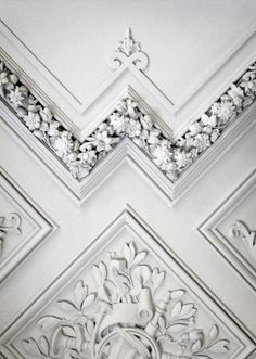 Beutiful Freize painted #White. #InteriorArchiteture design. Classical mouldings on a ceiling. Beautiful carved panel details and carved flower trim molding. Gorgeous architectural geometry. Home Design