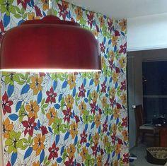 Flores podem invadir sua casa: aplicação de tecido na parede.