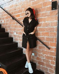 Post World War 2 Women S Fashion Product Outfits With Converse, Casual Outfits, Fashion Outfits, Poses For Photos, Picture Poses, Best Photo Poses, Ootd Poses, Foto Casual, Girl Photography Poses