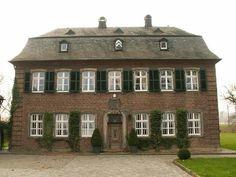 Haus Raedt im gegenwärtigen Bauzustand wurde 1657 von Johann Adolf Freiherr Wolf Metternich gebaut. Zur Preußenzeit war das Anwesen ein Rittergut. Die Herren von Metternich ließen ihre Güter von einem so genannten Kellner (Rentmeister) verwalten, die auf Raedt ihren Sitz hatten. Daher trägt das Haus auch heute noch den Namen Kellerei. Johann Rippegather war 1657 Kellner auf Haus Raedt und Scheffe in Liedberg.