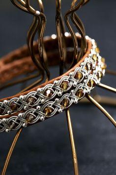 Lindas armband: Brunt tvåvarvsarmband med silver- och swarovskipärlor i fyrfläta