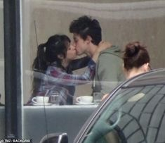 Camila Cabello and Shawn Mendes interrupt their morning coffee break with a make-out session Joe Jonas, Cute Couples Goals, Couple Goals, Shawn Mendes Kissing, Jennifer Garner, Mtv, Make Out Session, Annie Lablanc, Cabello Hair