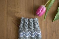 Vaihtelua sukanvarteen: 6 helppoa resorimallia – Pariton rasa Knitted Hats, Crochet, Handmade, Knitting Ideas, Knits, Socks, Log Projects, Hand Made, Knit Caps