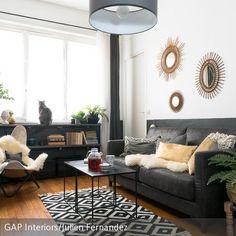 Es grünt so grün: Ein klassisches Wohnzimmer mit natürlichem Flair wirkt einladend und gemütlich. Bei Möbelstücken in zeitlosem Schwarz-Weiss-Kontrast …